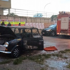 Mini Cooper in fiamme in via Trabaci