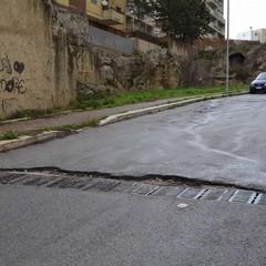 Viale Ionio piena di buche, chiusa al traffico