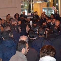 Gli scontri verbali tra cittadini in piazza Vittorio Veneto