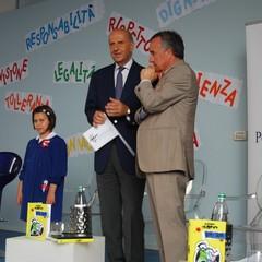 """Il capo della Polizia consegna i diari """"Civis"""" agli alunni di Matera"""