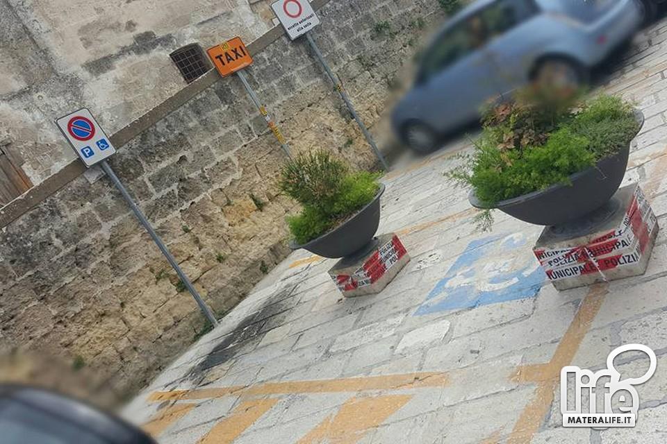 Matera parcheggio vietato ai disabili for Sassi per fioriere