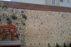 Il muro pericolante di via Casalnuovo