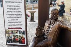 Sedersi e fotografarsi sulla panchina di Lucio Dalla