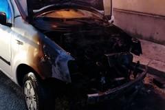 Incendiate due auto, denunciata la responsabile