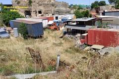 Un autoparco di carcasse vicino al Parco delle chiese rupestri