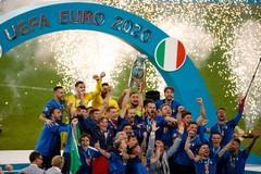 Fa esplodere petardi durante festeggiamenti per l'Italia