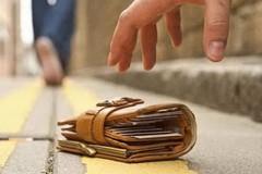 Smarriscono il portafoglio, due agenti lo trovano e lo restituiscono