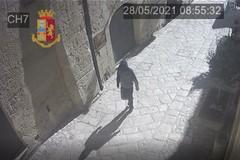 Punta pistola e rapina una donna mentre fa jogging nei Sassi