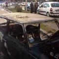 In fiamme una vecchia Mini in via Trabaci