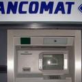 Bambino rimane incastrato in un Bancomat