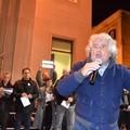 Il comizio-show di Beppe Grillo esalta e riempie la piazza