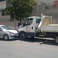 Giovane alla guida di un'utilitaria provoca due incidenti in via Lucana