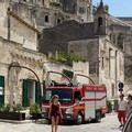 Scoppia incendio nei Rioni Sassi
