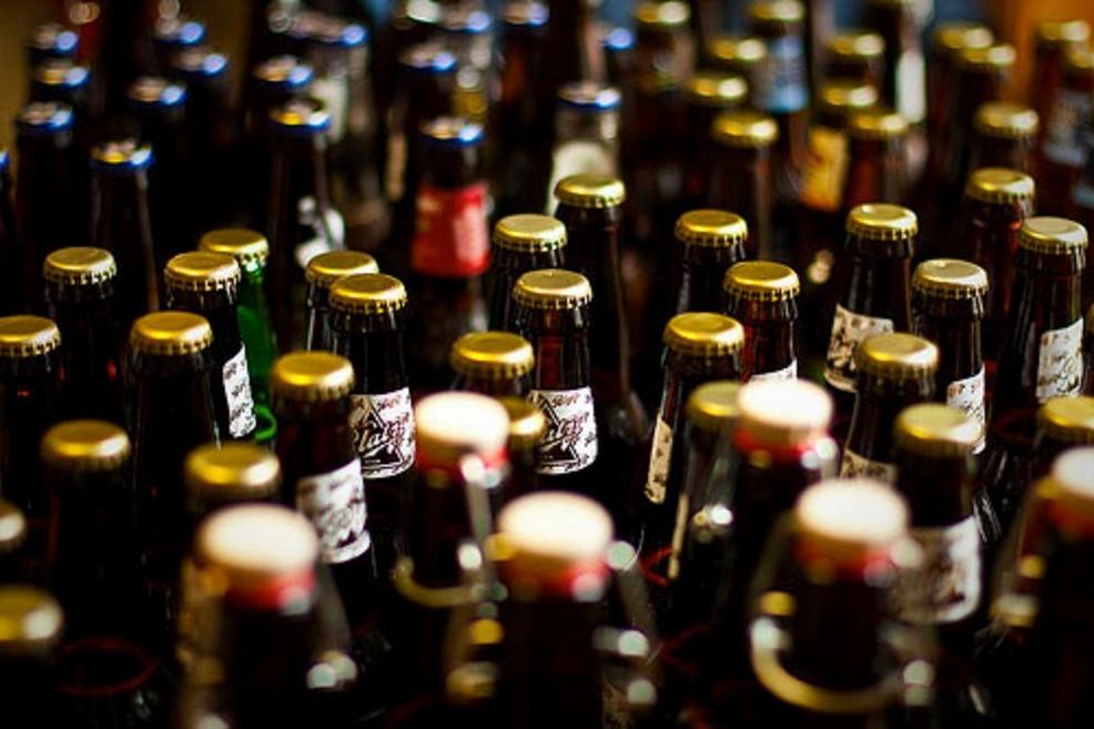 Alcolici in bottiglie di vetro