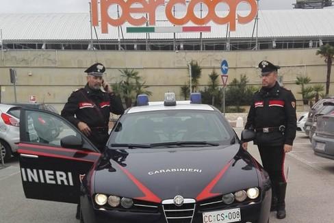 Carabinieri davanti al centro commerciale