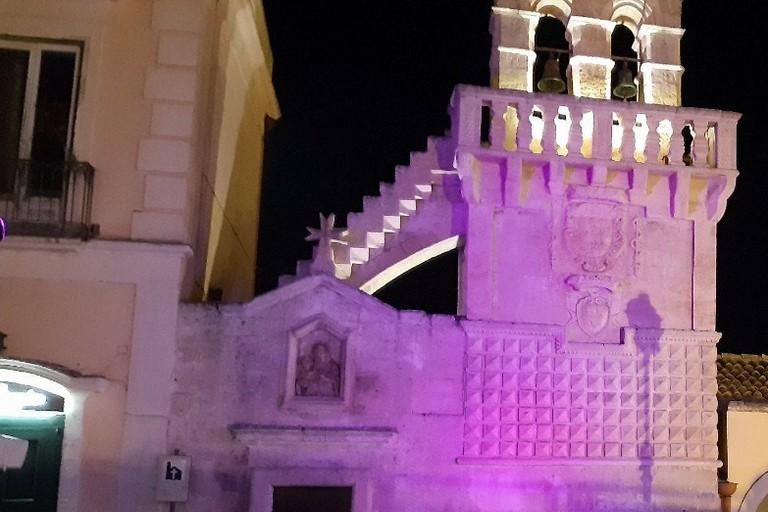 Chiesa Mater Domini illuminata di rosa