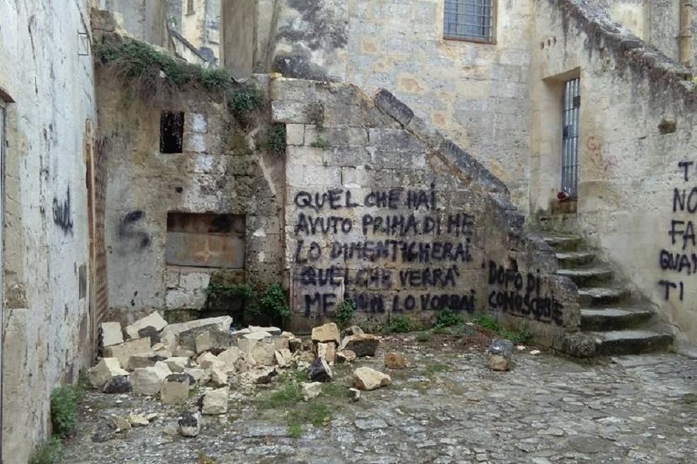 Crollo nei Sassi e scritte sui muri