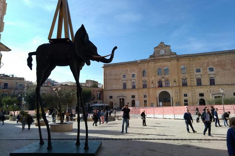 Effetto-Dalì su Matera, tutti pazzi per le grandi sculture
