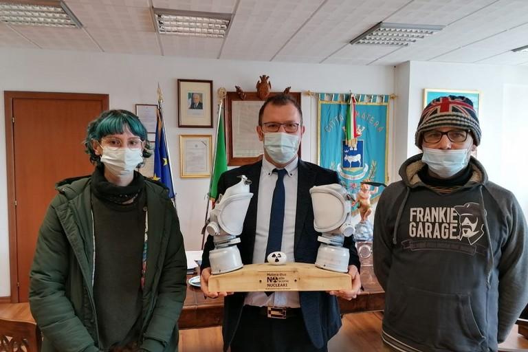 nella foto: gli artisti Giulia De Pace e Paolo Scozzafava con il sindaco Bennardi