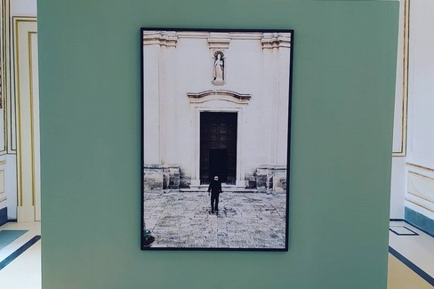 "A Palazzo Malvinni Malvezzi la mostra  ""Strangers and strangeness """