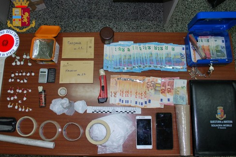 Droga e denaro sequestrati