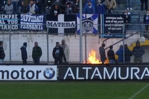 I tifosi del Matera incendiano uno striscione