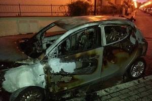 Auto in fiamme ad Acquarium