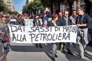 Giu le mani dalla nostra terra, protesta contro lo sblocca italia