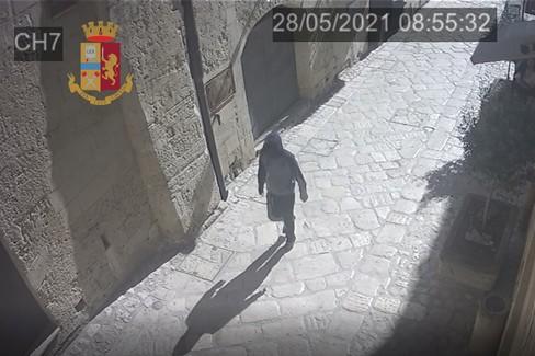 Rapinatore ripreso da telecamera