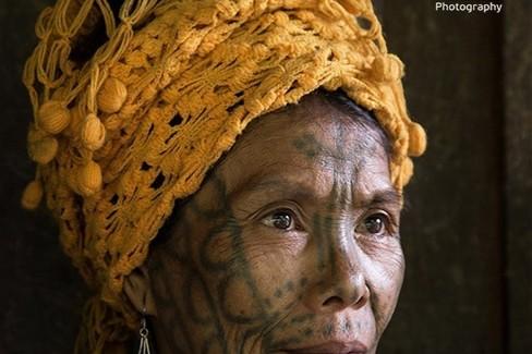 mostra foto donne tatuate Myanmar