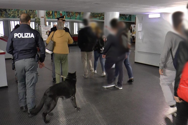 Controlli antidroga scuole Matera - Foto Questura Polizia