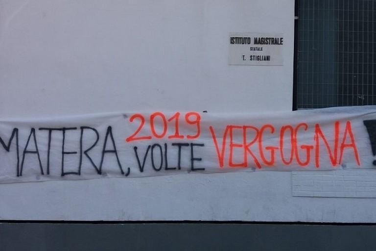 striscione di protesta allo Stigliani