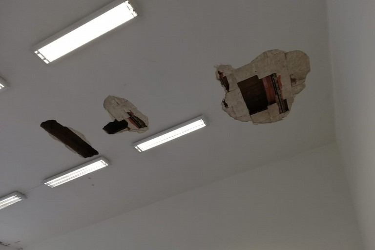 buchi sul soffitto- scuola Cappelluti