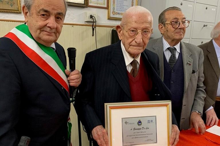 il sindaco De Ruggieri con il centenario Giuseppe De Leo