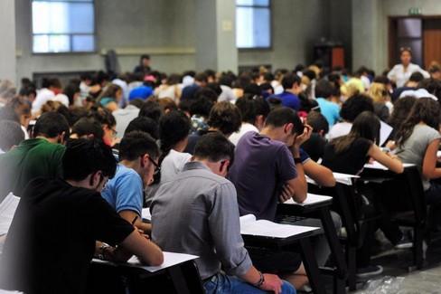 studenti nel corso di un test universitario